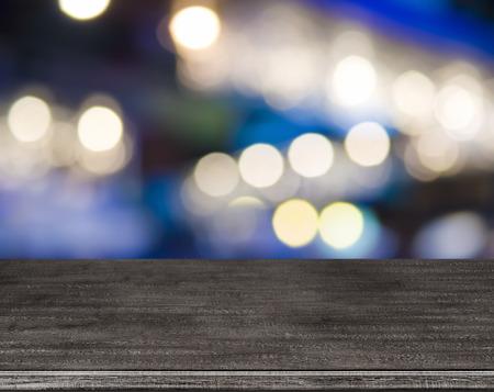Houten tafel voor abstracte vervagen straatverlichting achtergrond