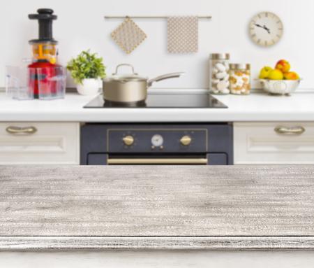 Houten tafel op defocused keuken bankje met oven achtergrond Stockfoto