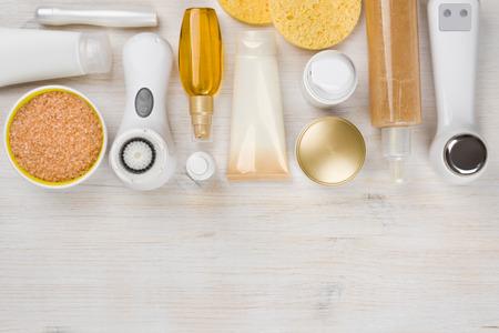 Schoonheidsbehandeling producten op houten achtergrond met copyspace aan de onderkant