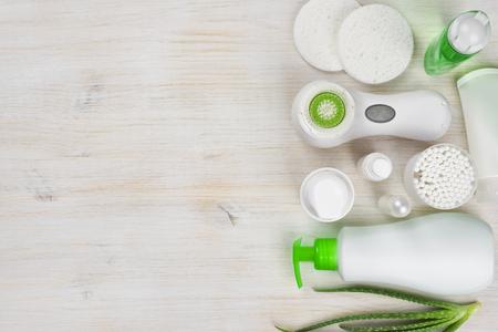Körperpflege-Produkte auf Holzuntergrund mit der linken Seite Exemplar
