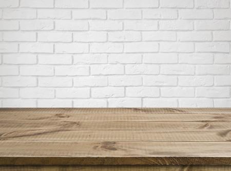 Ruwe houten textuur tafel over defocused witte bakstenen muur achtergrond