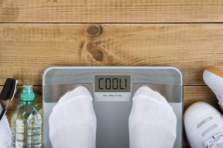 비늘에 가중치의 상단보기와 체중 감량 개념 스톡 콘텐츠