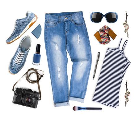 Set van vrouwelijke kleding en reisaccessoires op wit wordt geïsoleerd Stockfoto