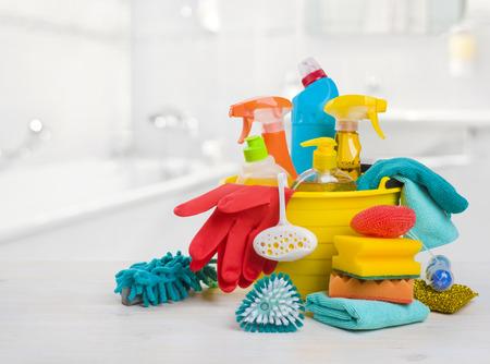 productos quimicos: Cuchara con los productos químicos en la mesa sobre fondo borrosa baño Foto de archivo