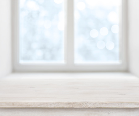 추상 서리가 내린 겨울 창 배경 위에 나무 질감 테이블 표면 스톡 콘텐츠