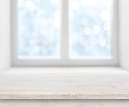 Houten textuur tafeloppervlak over abstracte ijzige winter venster achtergrond