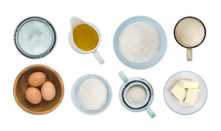 Collage des objets ingrédients de cuisson isolés sur blanc, vue de dessus