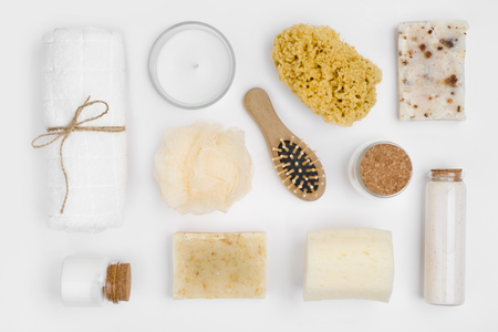 Verschillende persoonlijke hygiëne voorwerpen geïsoleerd op een witte achtergrond, bovenaanzicht