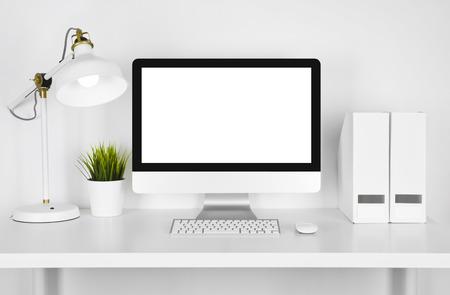 빈 화면 컴퓨터, 램프 및 흰색 배경 위에 테이블 폴더