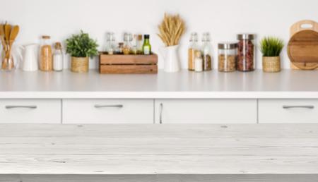 Pusty drewniany stół z bokeh wizerunku kuchennego wnętrza ławce