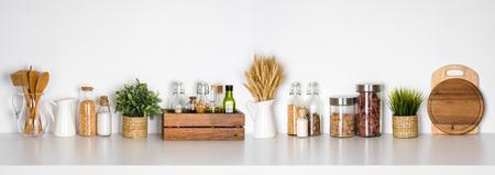 Étagère de cuisine avec diverses herbes, épices, ustensiles sur fond blanc Banque d'images