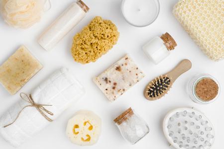 Diverse spa en schoonheidsproducten geïsoleerd op een witte achtergrond Stockfoto