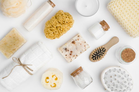 Różne produkty spa i uśmieszki na białym tle Zdjęcie Seryjne