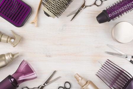 Herramientas de peluquería en el fondo de madera con espacio de copia en el centro