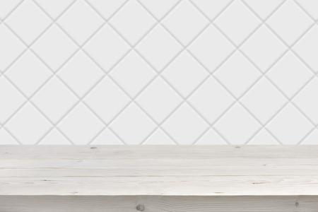 앞의 나무 널빤지와 흐린 흰색 타일 벽 배경
