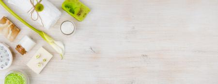 Diverse spa-producten op hout met kopie ruimte rechts