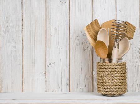 Houten keuken kookgerei in handgemaakte opslag pot op de plank