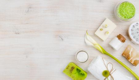 Verschillende spa-producten op hout met kopie ruimte links