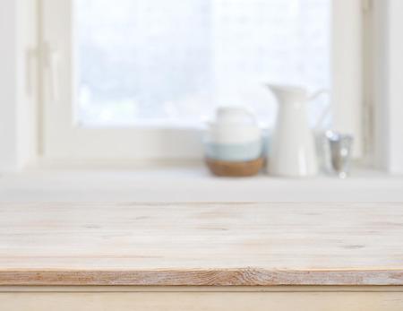나무 테이블 위쪽 흐리게 부엌 창 배경에 스톡 콘텐츠
