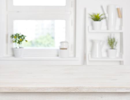 빈 표백 나무 테이블 및 부엌 창 선반 흐린 된 배경