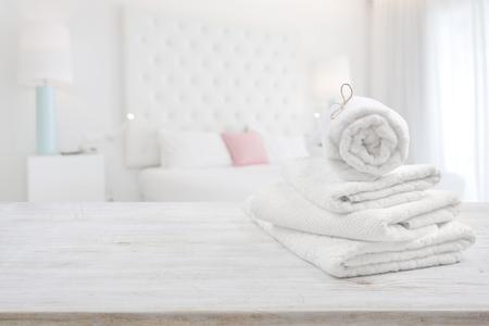 흐리게 침실 인테리어 배경 위에 나무 표면에 하얀 수건 스톡 콘텐츠 - 80796259