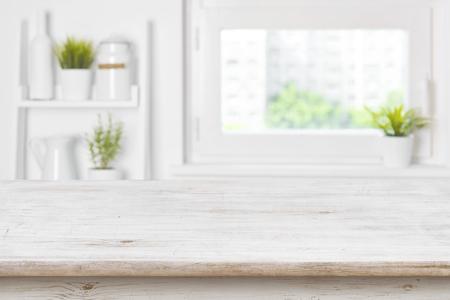 Lege geweven houten lijst en keukenvensterplanken vage achtergrond