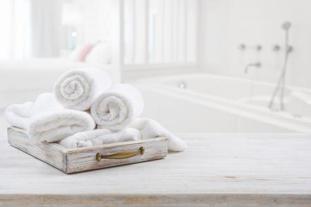 Vintage lade met witte handdoeken over wazige badkamer en slaapkamer