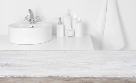 Houten plank voor wazig binnenlandse badkamer waskom achtergrond
