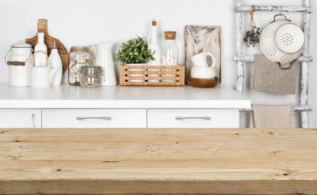 Bruine houten textuurlijst over vaag beeld van keukenbank Stockfoto