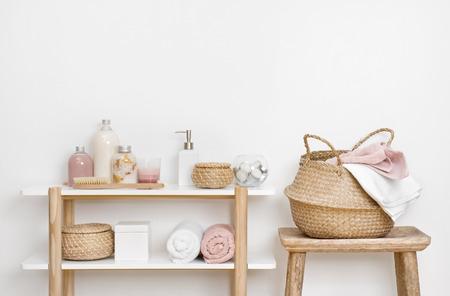 Interior de baño spa con estante de madera, taburete y productos para el cuidado de la piel Foto de archivo
