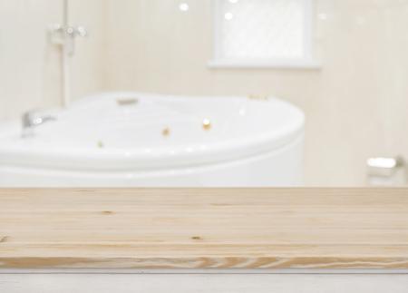 Drewniany stół do wyświetlania produktów na rozmytym tle wanny Zdjęcie Seryjne