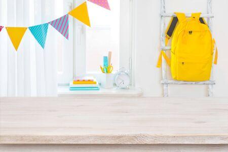 Mesa de madera de niño de escuela sobre borrosa del alféizar de la ventana