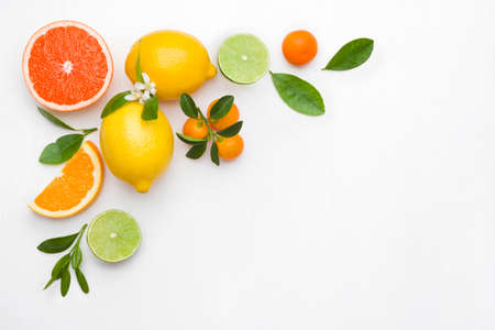 Background made of citrus fruits on white table with copyspace Standard-Bild