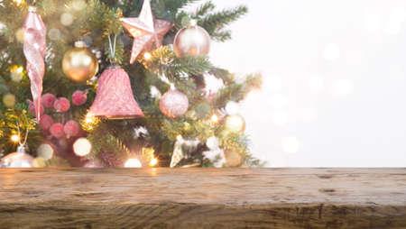 Vintage wood table top in front of blurred Christmas tree Standard-Bild