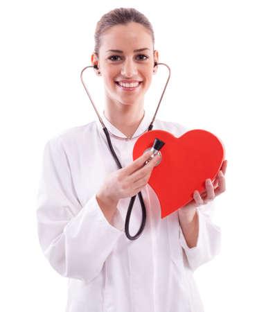 bata blanca: La mujer llevaba una bata blanca con un coraz�n