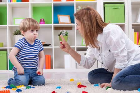 and authority: Madre enojada regañando a un niño desobediente
