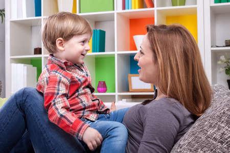 gar�on souriant: M�re et enfant en chantant une chanson