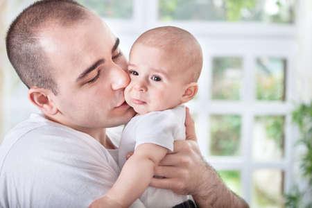 crying boy: Padre Gentle reconfortante llanto del bebé