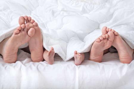 pies: Pareja con beb� mostrando pie