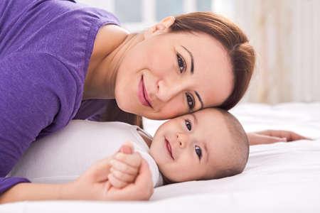 madre soltera: Adorable madre joven con el bebé