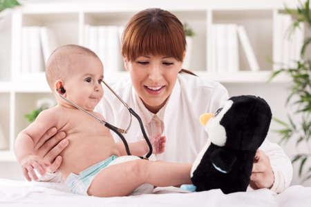pediatrician: Beb� divertido jugando con el m�dico pediatra