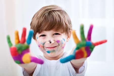 artistas: Feliz sonriente hermoso ni�o jugando con los colores