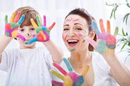 Familia feliz con las manos coloridas