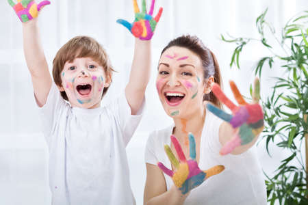 Child painting with mum Banque d'images