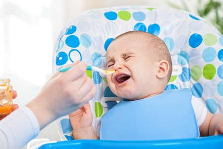 ojos llorando: Problemas de alimentación, pequeño bebé desobedientes Foto de archivo