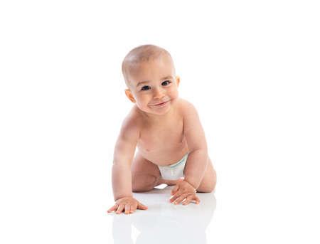 nackter junge: Lustige lächelnde Baby krabbeln isoliert