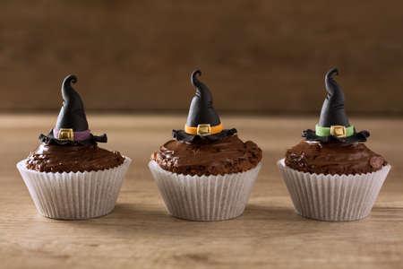 czarownica: Halloween babeczki z czarownica kapelusz tle