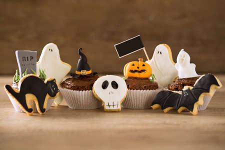 postres: Halloween de galletas de jengibre hecha en casa y cupcakes fondo Foto de archivo