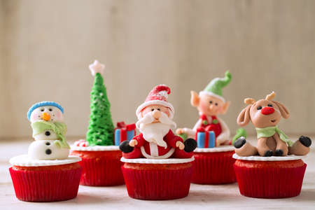 Christmas cupcakes on wood background Imagens