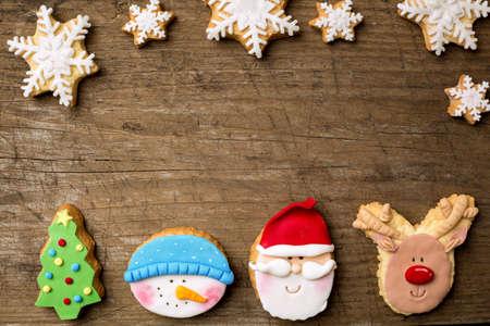 arbol: Galletas de fiesta con los copos de nieve en el fondo retro